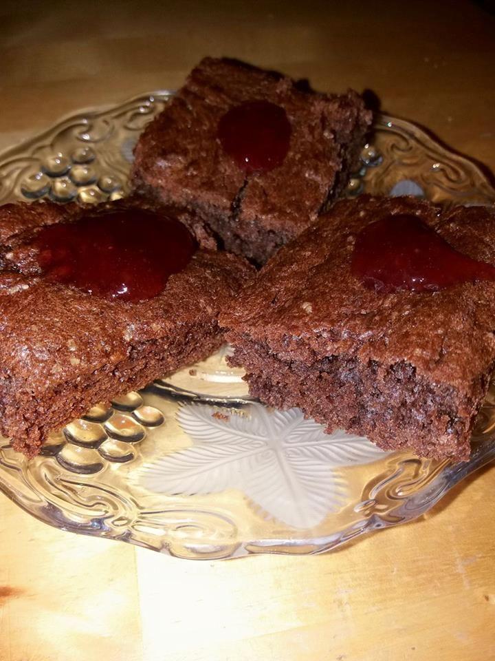 PERNÍK BZL-2 žloutky, 1 hrnek cukru, 1 hrnek oleje, 3/4 hrnku vlažného čaje, použila jsem ovocný, ale lze jakýkoli, 3 polévkové lžíce medu (mám pampeliškový ♥), 2 hrnky bezlepkové mouky Jizerky ZLATÉ http://katalog.jipek.cz/cs/bezlepkove-potraviny/mouky-a-smesi/,1 bzl. kypřící prášek do perníku, 2pol.lžíce kakaa, sníh ze 2bílků. Smícháme dohr.tekuté přísady, přidáme sypké, zamícháme a opatrně přimícháme sníh z bílků. Těsto jsem vylila na plech s pečícím papírem a péct na 170°C asi 20 min.