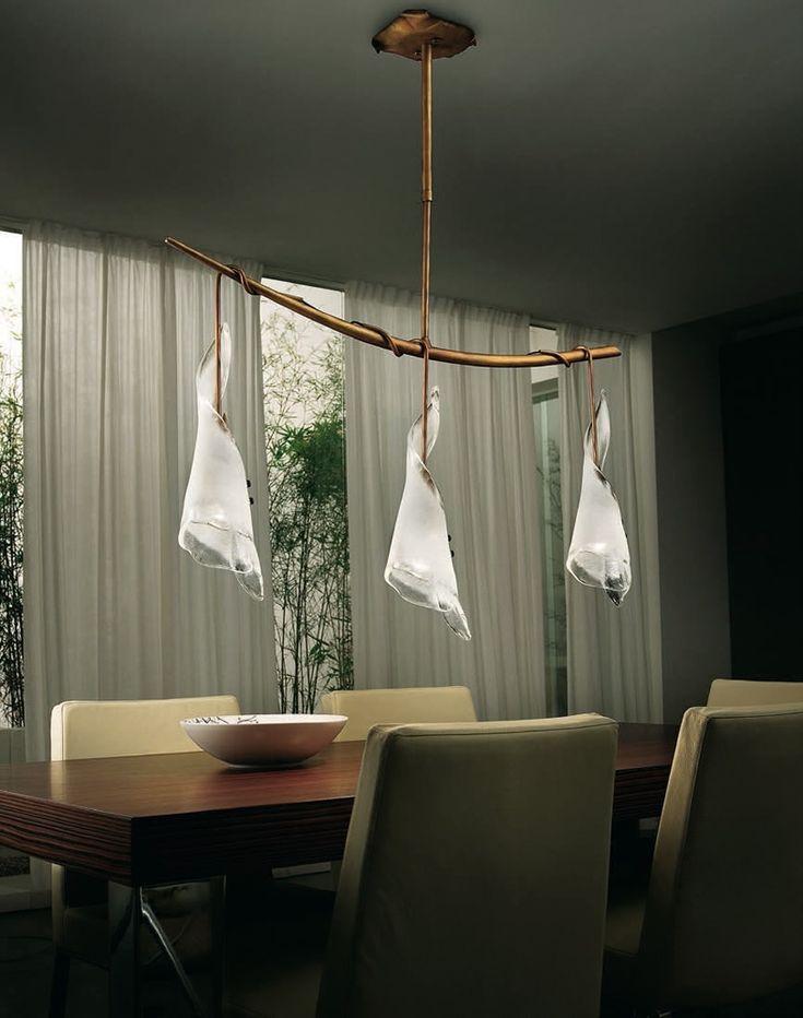 KINGSTON 202-203 lámpák a Sillux klasszikus irányvonalát képviselik. Az üvegbúrák tradicionális módon kézzel készülnek, a fém részek finoman kidolgozott, rusztikus, antikolt hatásúak. Design: R. CADDEO & CIERRESTUDIO