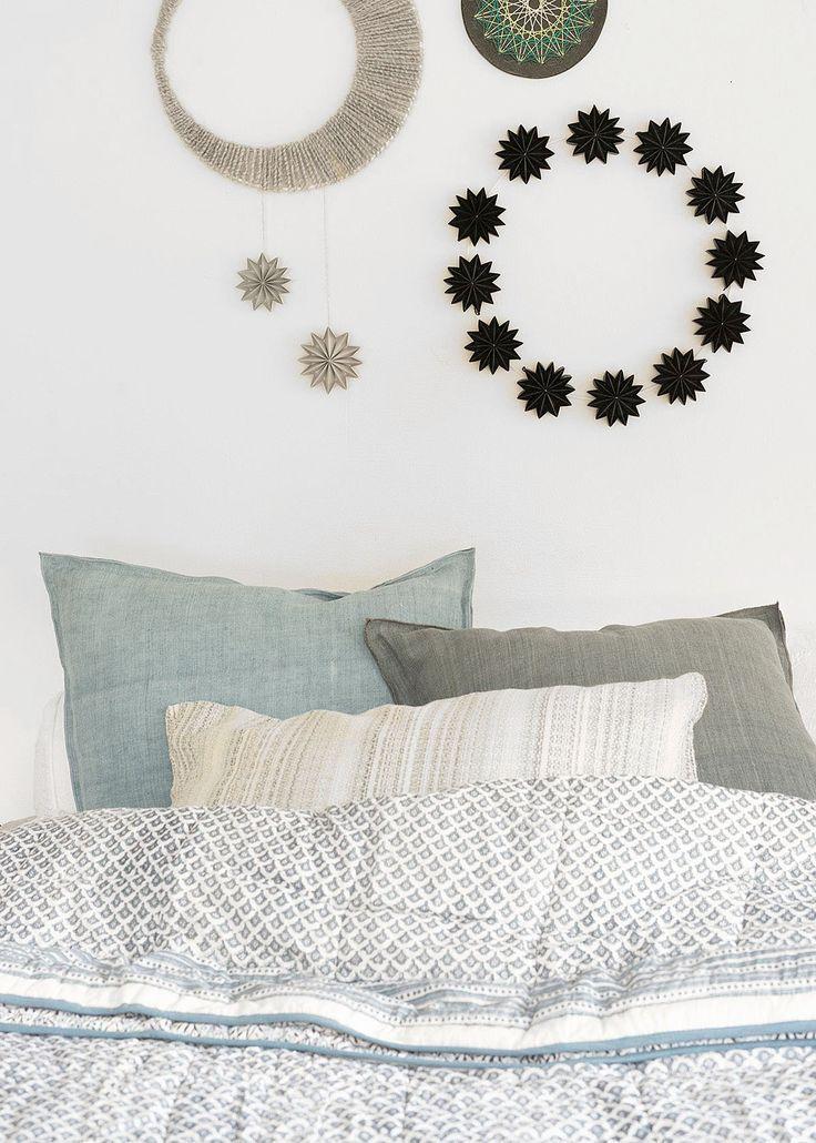 schlafzimmerdeko mit mond und papiersternen wunderschon gemacht schlafzimmer deko papiersterne wanddeko rustikale wanddekoration ideen
