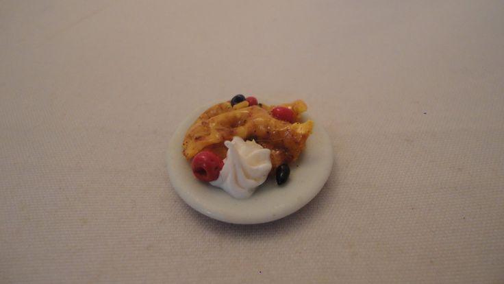 Pannkaka med grädde, hallon/blåbär på fat skala 1:12 Dockskåp
