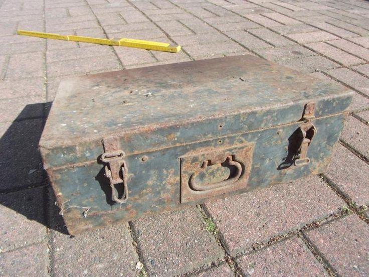 zu verkaufen ist diese alte Werkzeugkiste. Näheres siehe Fotos.Versand und Verhandlungen auf telefonische Anfrage.Es stehen noch weitere Artikel zum Verkauf.
