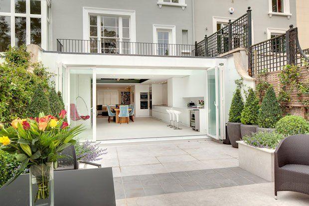 En esta preciosa casa en Notting Hill volvemos a tener mezcla de estilos clásico y contemporáneo, como en la casa sueca de ayer. Con increíbles espacios abiertos que conectan la cocina y el comedor…