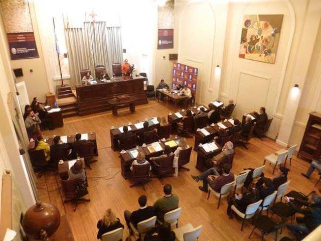 SE LLEVO ADELANTE LA SEGUNDA SESION ORDINARIA DEL HONORABLE CONCEJO DELIBERANTE   Este jueves 28 a las 19 hs.  El día jueves 28 de abril de 2016 se realizó la 2ª Sesión Ordinaria del Honorable Concejo Deliberante Presidida por el Concejal Dr. Pablo Aued. Se encontraba presente la Secretaria del Honorable Cuerpo Legislativo Dra. María Jimena Ruiz y los siguientes Concejales: Cristina Biar Valentín Bustillo Fernando Aguilera Luciano González Paula Hernández Carolina Robert (FR); Marisa Roldán…