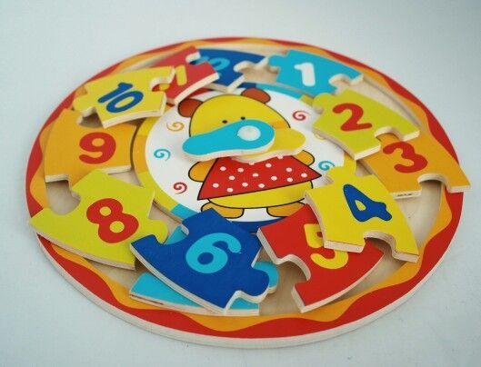 Un ceas puzzle are o valoare educativă importantă: fetițele și băieții de 3-8 ani vor învăța foarte ușor să numere și vor recunoaște numerele de la 1 la 12 jucându-se, fără să observe că însușesc noțiuni matematice serioase. Ursulețul jucăuș din mijloc cu două arătătoare este de mare ajutor.
