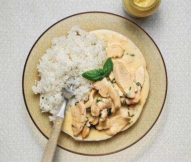 En härlig kycklinggryta med både dijonsenap och basilika som passar perfekt en kall dag. Den strimlade kycklingen får en fin ton av vitlök före du låter den koka med buljong, grädde och senap. Avsluta med att reda av och blanda i basilikan.