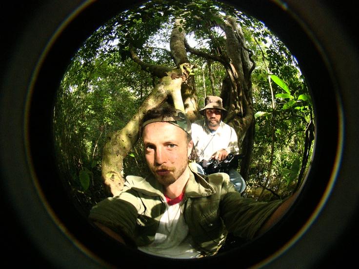 Junto a Felipe Sotomayor, arriba de un árbol en el bosque inundado. Filmación de VIDA verano 2008.