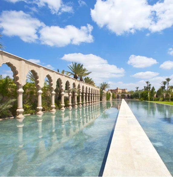 Das Luxushotel Palais Namaskar in Marrakesch (Marokko) ist ein wahrer Wasserpalast. Wer die weitläufige Garten-Pool-Anlage durchschreitet oder -schwimmt, fühlt sich wie in einem Traum aus 1001 Nacht. Weitere XXL-Hotelpools hier: http://www.travelbook.de/welt/Ganz-gross-Abtauchen-Die-XXL-Hotelpools-der-Welt-212871.html