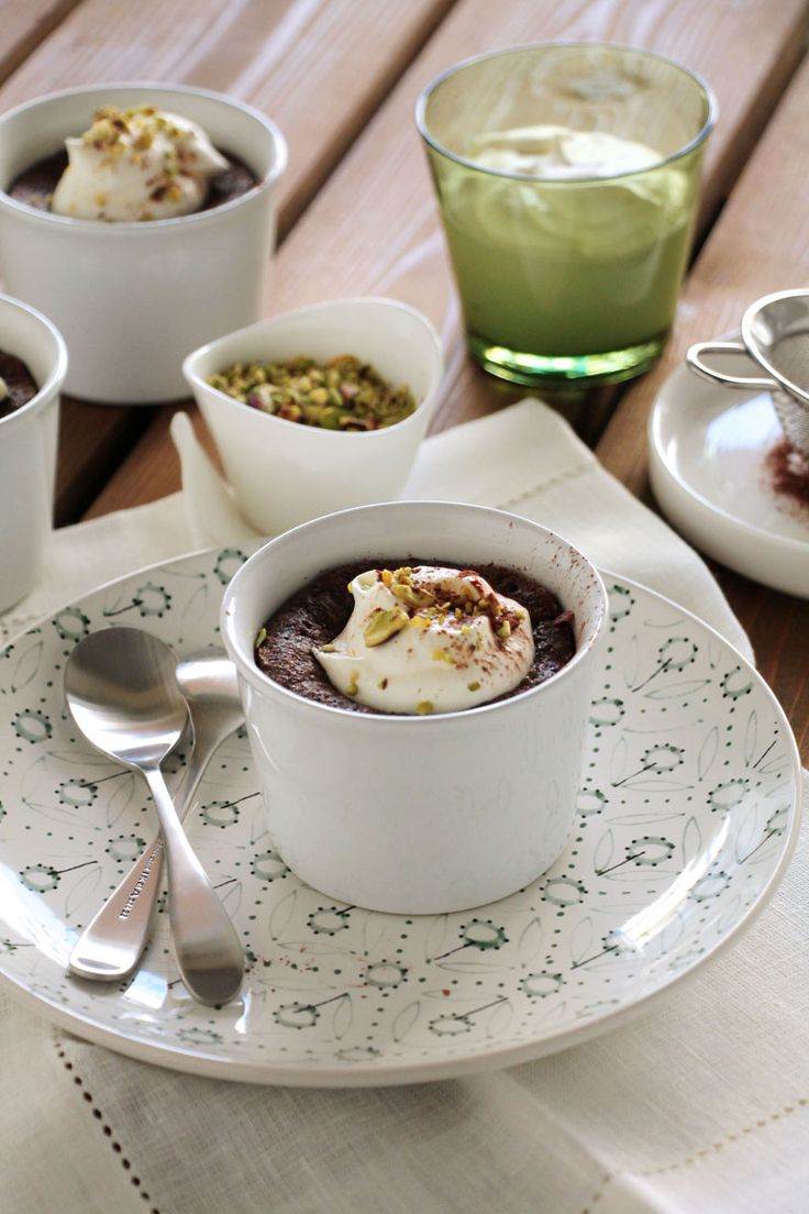 αυτά τα σουηδικά σοκολατένια κέικ είναι πολύ κοντά στην τελειότητα: ελάχιστα υλικά και σκεύη, σύντομη προετοιμασία, πλούσια γεύση, πολύπλοκη υφή, σοκολατένια καρδιά που ρέει