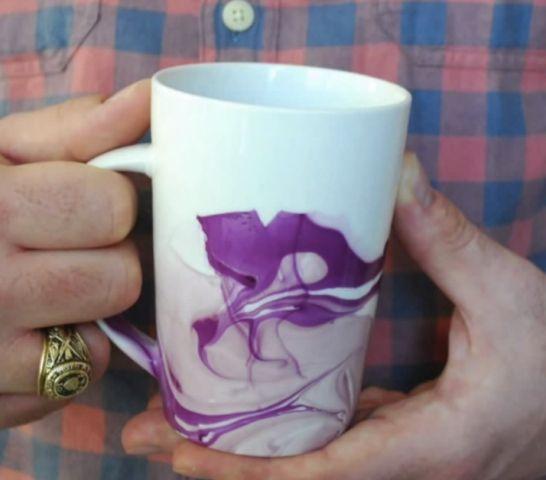Déco tasse : tremper la tasse dans une bassine d'eau avec vernis à ongle
