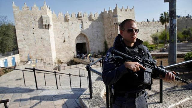 "Ibu Palestina ditembak mati Polisi Israel  Penjaga Gerbang Damaskus di Kota Tua (AlJazeera)  Seorang wanita Palestina tewas ditembak mati oleh polisi Israel di pintu masuk Kota Tua Yerusalem menurut saksi dan para pejabat. Mereka menduga perempuan tersebut berusaha menusuk pasukan. Foto yang beredar di media sosial menunjukkan seorang wanita setengah baya tertelungkup setelah diserang di luar pintu gerbang utama ke kota tua. ""Saya tidak melihat pisau yang saya lihat adalah bahwa ia…"
