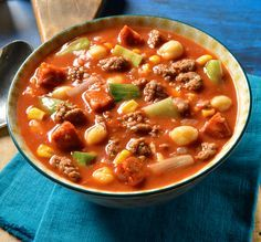 Deftige Suppe mit Hackfleisch und Kichererbsen für die Party oder ein Abendessen in geselliger Runde