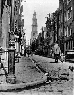 De Bloemstraat in de Jordaan in 1902, met op de achtergrond de Westertoren, gefotografeerd door Jacob Olie.