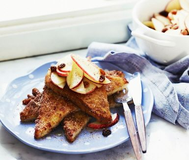 Fattiga riddare med kanel, äpple och russin. French toast with cinnamon, apple and raisins.