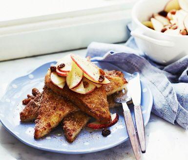 Fattiga riddare med kanel, äpple och russin. French toast with cinnamon, apple and raisins.