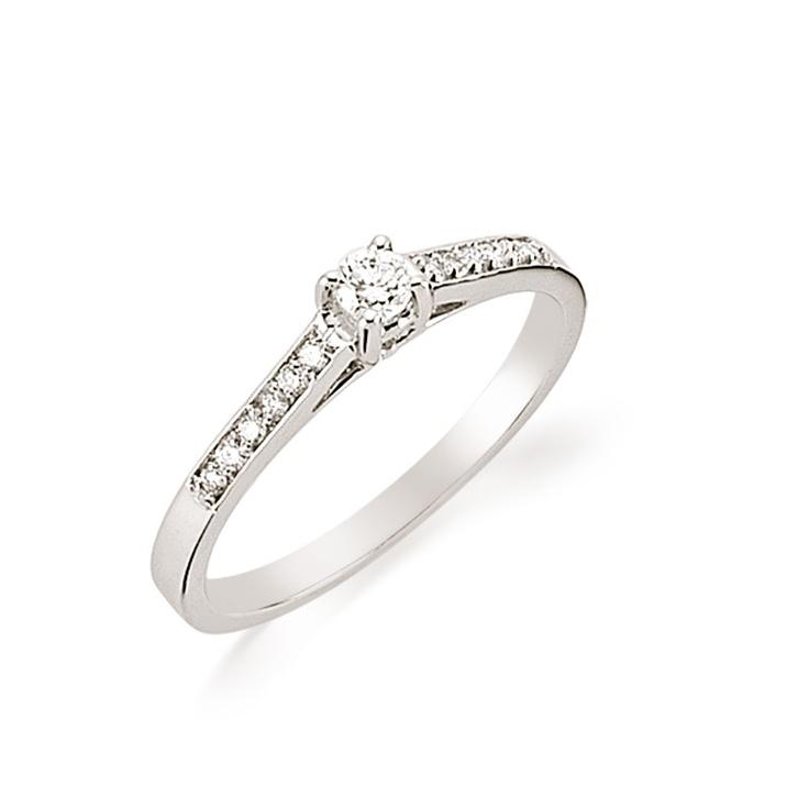 Eleganta inelului de logodna LRY132 este data modul in care pietrele inconjoara diamantul central. Pretul acestui inel de logodna din aur 18K si diamant de 0.22 carate este de 3100 lei. Mai multe detalii aici http://www.bijuteriilarosa.ro/inel-de-logodna-cu-diamant-lry132