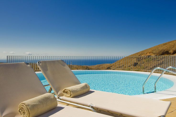 Heatable pool situated on a hilltop with spectacular views of the sea, the horizon and the surrounding landscape. Blue sky and turquoise water