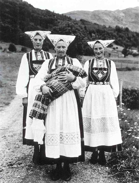 Women from Voss, western Norway.    Learn more: http://juliekrose.blogspot.com/2012/02/world-of-oleanna-norwegian-nationalism.html
