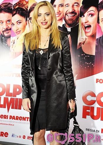 """Chiara Sani sul red carpet del film """"Colpi di Fulmine"""" (fa parte del primo episodio a fianco di Luisa Ranieri, con Christian De Sica)"""