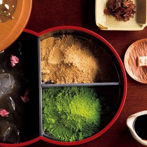Tokyo Calendar 廚菓子くろぎ 『廚 菓子 くろぎ』のわらび餅。日本料理『くろぎ』が手掛ける東大キャンパス内の和菓子店。非常に希少なわらび粉を練って作るわらびもちは、『猿田彦珈琲』のオリジナルブレンドコーヒーとのセットで¥2,050。#東京カレンダー #東カレ #本郷 #くろぎ #わらび餅