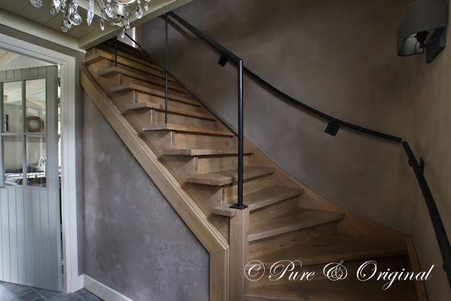 eiken trap met muur afgewerkt met kalkverf