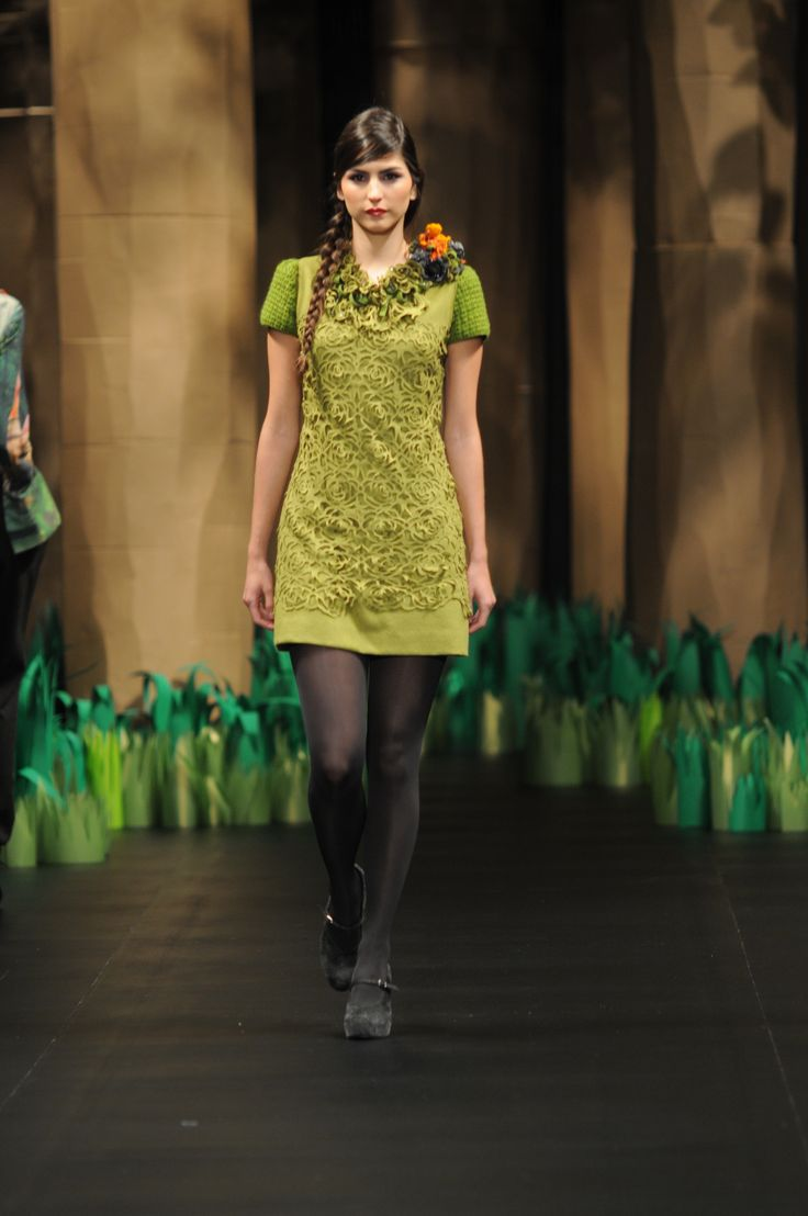 Vestido bordado y calado con manga en crochet