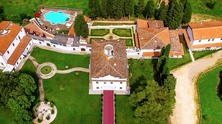 A magnificent Resort that is surrounded by the green hills of Marignolle, a panoramic view that relaxes the mind and the fresh, pure air of the Florentine hills!  #luxuryhotel #luxurytravel #luxurysuite #tuscany #florence