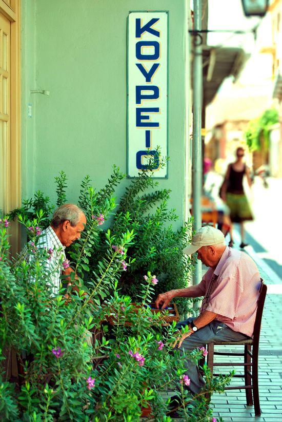 This is my Greece | Old men playing tavli (backgammon) in the street