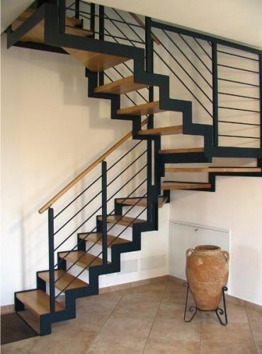 Escalier avec limon crémailllère et marches en hêtre de 42 mm d \'épaisseur.Garde-corps en acier laqué ( possible en inox ) avec 6 lisses.Il...