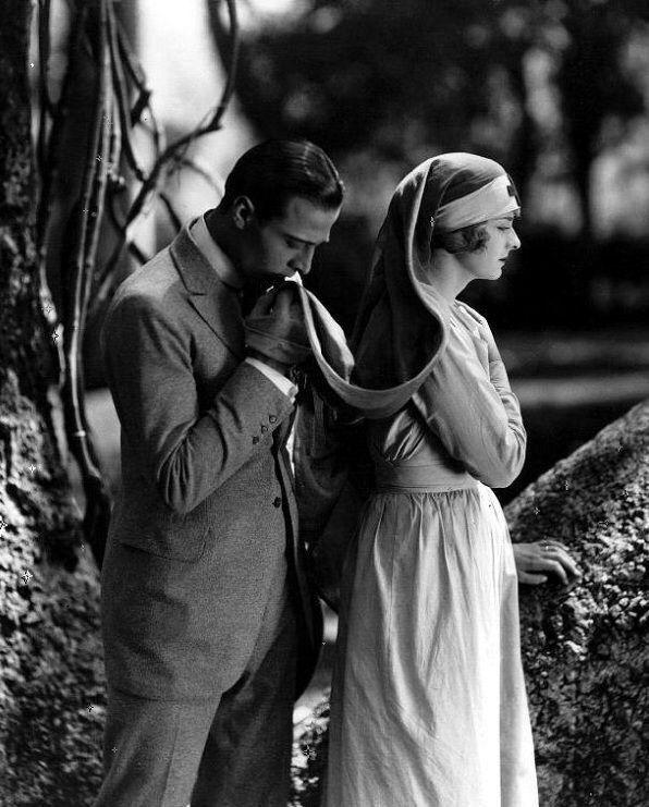 """Рудольф Валентино (англ. Rudolph Valentino; 1895 — 1926) — американский киноактёр итальянского происхождения, идол эпохи немого кино. """"Четыре всадника Апокалипсиса"""" 1921 г."""