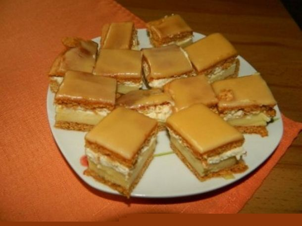 Medový krémeš s karamelovou polevou  Ingredience Těsto: 300 g hladká mouka 100 g moučkový cukr 1 lžička soda 2 vejce 2 lžíce rum 2 lžíce med 80 g hera  Krém: 1 l mléko 2 ks vanilkový pudink 2 žloutky 4 lžíce polohrubá mouka 2 lžíce rum 120 g máslo 500 ml šlehačka 2 ks vanilkový cukr 1 ks ztužovač šlehačky  Karamelová poleva: 300 g cukr moučka 4 - 6 lžíc voda 1 lžíce rum