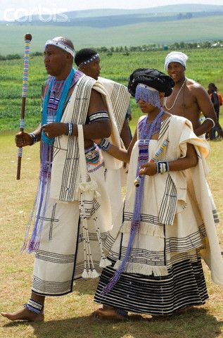 Africa | Mandla Mandela, eldest grandson of former President Nelson Mandela, and his bride Tando Mabunu, marry in traditional Xhosa cultural style at the remote rural Mandela farm. Mthatha, South Africa. 2006 | © Louise Gubb
