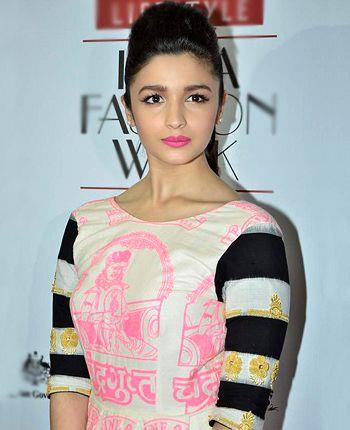 Alia Bhatt stole million hearts yet again as she walked for Masaba Gupta! - http://www.bolegaindia.com/gossips/Alia_Bhatt_stole_million_hearts_yet_again_as_she_walked_for_Masaba_Gupta-gid-35742-gc-6.html