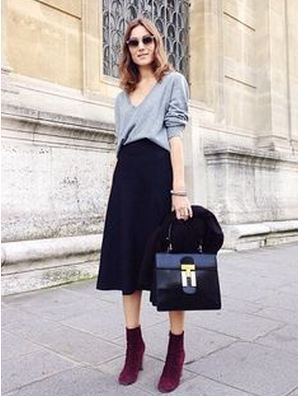 紺ネイビーのスカートとバーガンディブーツ着こなしコーデ