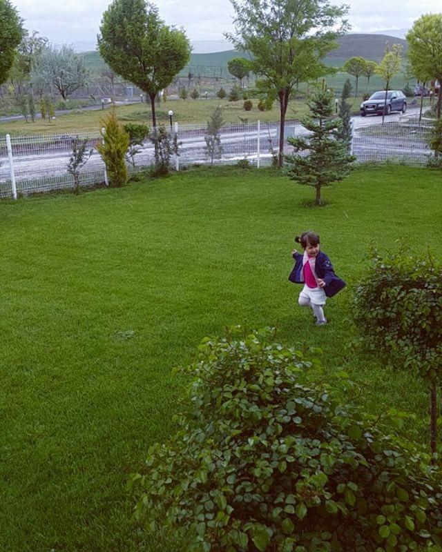 Bırakın çocuklarınız özgürce büyüsün ���� Ankara'nın insan ve aile odaklı tek doğal yaşam projesi KÖYÜMÜZ ANKARA'DA siz de yaşamın keyfini çıkarın!  Konut tapulu satışlarımız devem etmekte olup detaylı bilgi ve proje alanına ziyaret için  Seda NALBANT 0533 151 80 80 www.köyümüzankara.com . Ahşap kütük evler (şömineli) Yemyeşil bahçeler Yüzme havuzları Yazlık sinema Çocuk oyun parkı Köy meydanı Köy kahvesi Köy bakkalı Hayvanat bahçesi Çim futbol sahası Basketbol sahası Plaj voleybolu Spor…