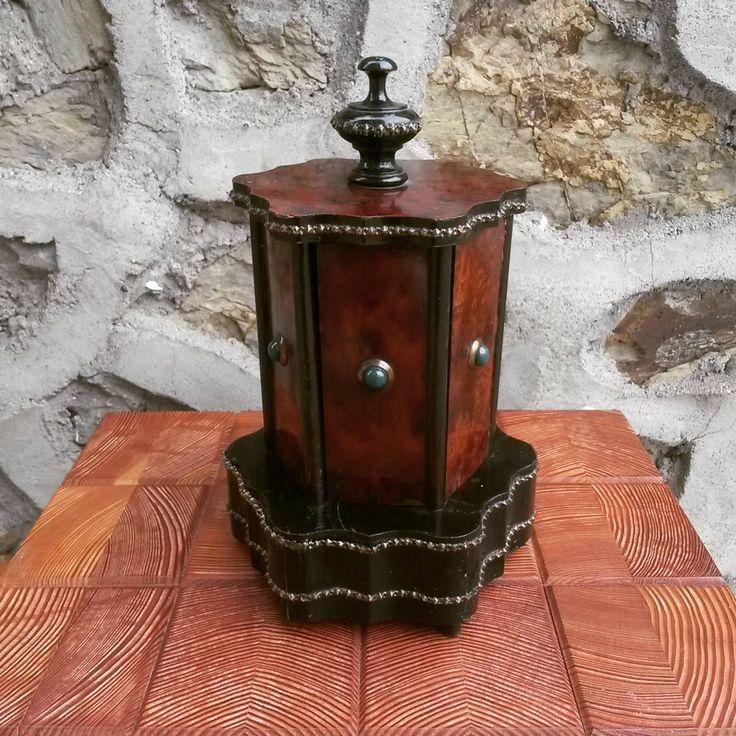 Ceviz kaplamalı antika puro kutusu & 130 TL  #ahsapnoktasi #ahsap #wood #bahçemobilya #dekorasyon #restorasyon #project #interiordesign #architecture #art #alışveriş #alisveris #mimari #dekor #obje #popart #rustico #vintage #retro #antik #antique #eskiesya #eski #old #puro #cigar #istanbul #masif #ceviz #walnut
