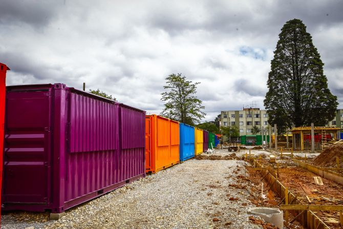 Polo gastronômico no Bacacheri terá 35 bares e restaurantes em contêineres: Os conteinêres coloridos ficam ao redor da praça de alimentação: espaço vai inaugurar em dezembro: Foto: André Rodrigues/Gazeta do Povo.