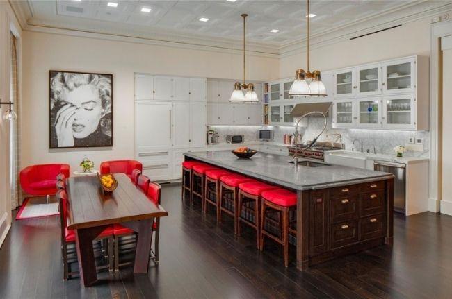 Wohnideen für die Küche weiße küchenschränke rote stühle holzfronten