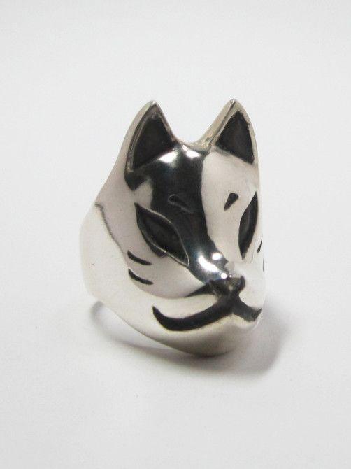 狐面を装着するのは、その昔キツネが取り憑いた者に神通力を与えると言われ、その力を授かる為と言われています。その他に、キツネはネズミをよく食べるので、害獣退治の...|ハンドメイド、手作り、手仕事品の通販・販売・購入ならCreema。