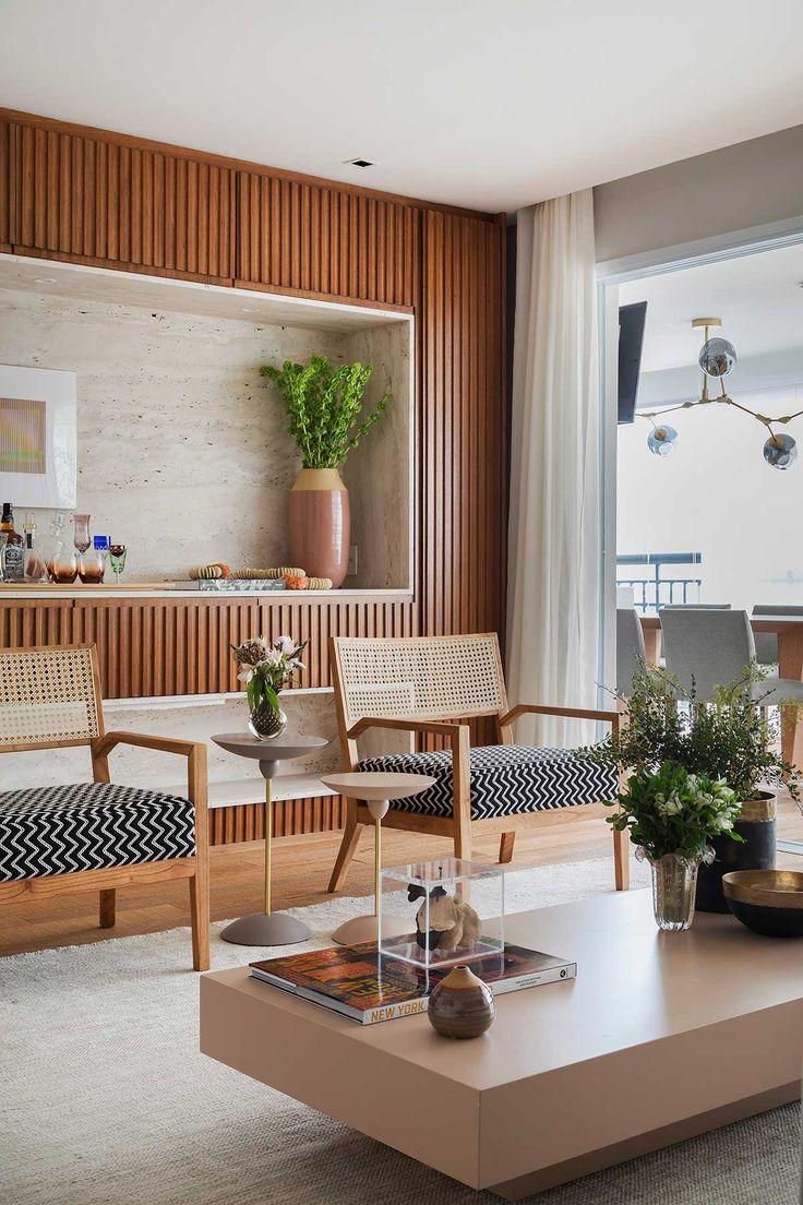 Decoração de apartamento integrado moderno e com muita madeira. Na sala cadeira de madeira, plantas, flores, quadros e obras de arte.     #decoracao #decor #design #details