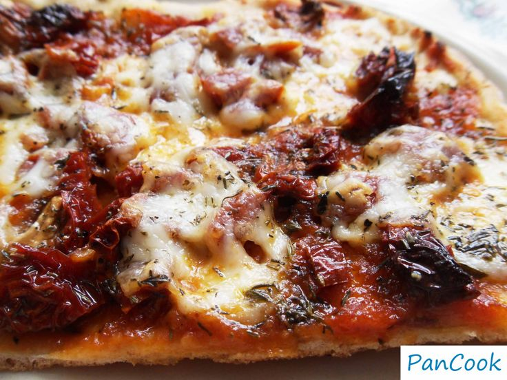 Pizza z mozzarellą i suszonymi pomidorami/Pizza with mozzarella and sun-dried tomatoes