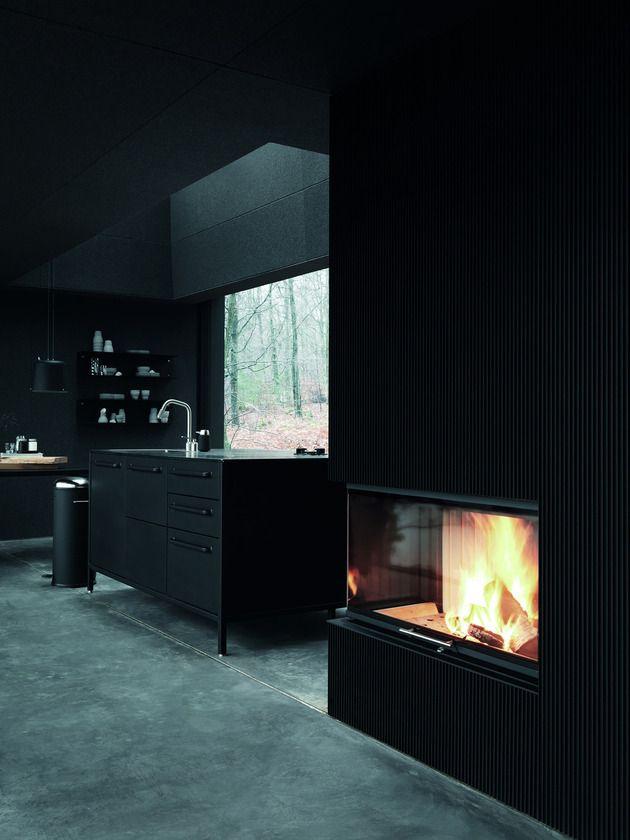 decoration-interieure-noir-avec-cheminee