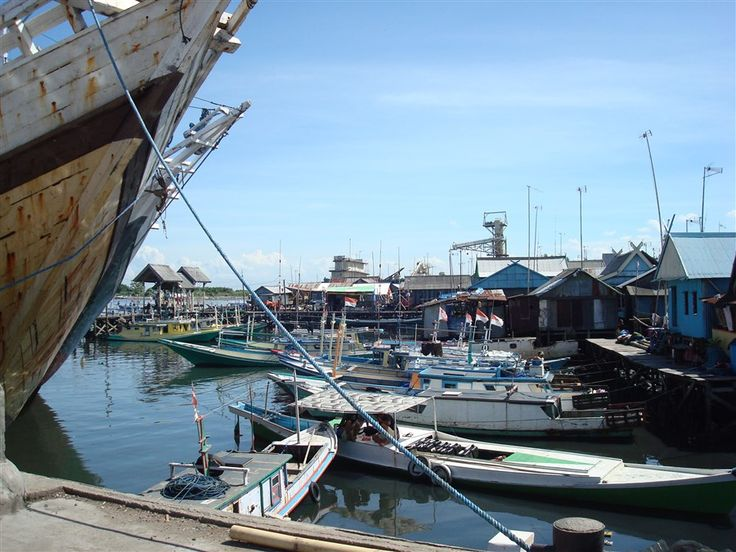 De haven van Makassar (Ujung Pandang) op Sulawesi