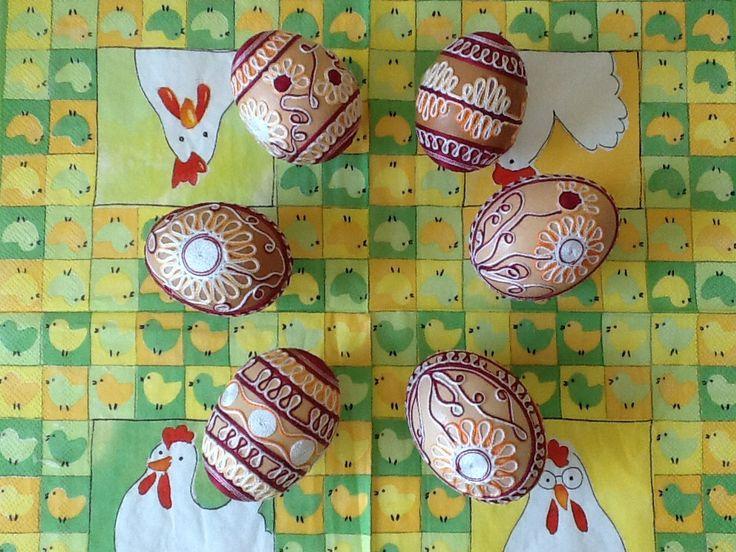 Perlovkové kraslice-vínovo oranžovo bílé Přírodní slepičí vajíčka zdobená perlovkovou přízí - vínovou, oranžovou a bílou. Vajíčka jsou vnitřně i z vnějšku očištěna. Je možné nakombinovat kraslice v různých barvách, nebo vyhotovit vzor, který v uvedené barvě není zobrazen. Stačí požadavek uvést v objednávce. Kraslice jsou zasílána prostřednictvím ...