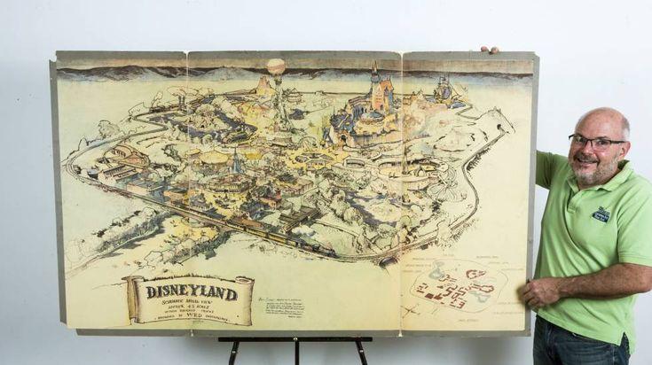 El Mapa del parque de Disney sale a subasta. Mike Van Eaton junto al mapa de 1953 que muestra cómo concibió Disney su parque temático.
