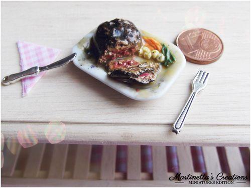 Miniatura in scala 1:12 Roast beef : Miniatura in scala 1:12 Roast beef tagliato a fette con carote,fagiolini e patate, il tutto amalgato da un sughetto saporito.  Realizzato totalmente a mano senza l'ausilio di nessun stampino.  Dimensione piattino: 3 x2,5 cm circa  Pezzo unico | martinetta90