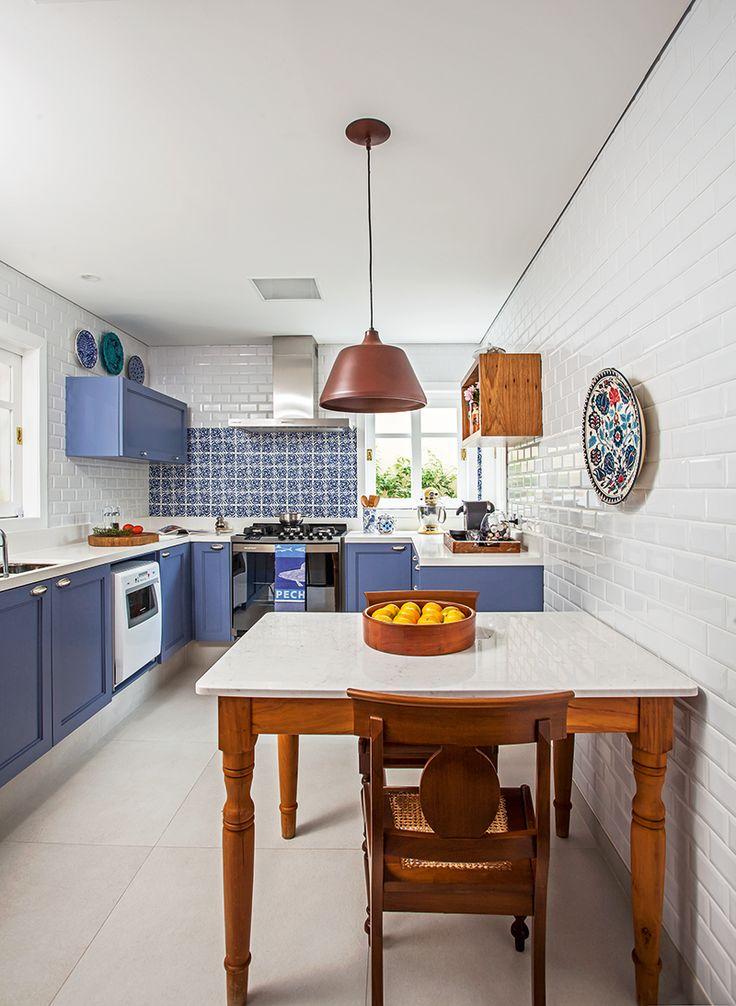 Armários com portas laqueadas de azul acetinado e puxadores em concha (Astoria – Móveis Rústicos e Planejados) dão um toque provençal à cozinha. Os azulejos brancos (Vives) e a cerâmica decorada (linha Coimbra, de 11 x 11 cm, da Antigua), ambos na Euroville, complementam. O pendente (Reka) faz sutil contraponto.