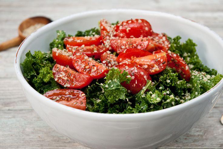 Ensalada de tomate y kale con semillas cáñamo y levadura nutricional
