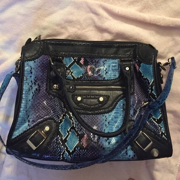 Nicole Lee Handbag This is a Nicole Lee handbag with a faux snake skin exterior. There is a removable crossbody strap so you can wear it as that or as a handbag. Hardly ever used and in great condition. Nicole Lee Bags