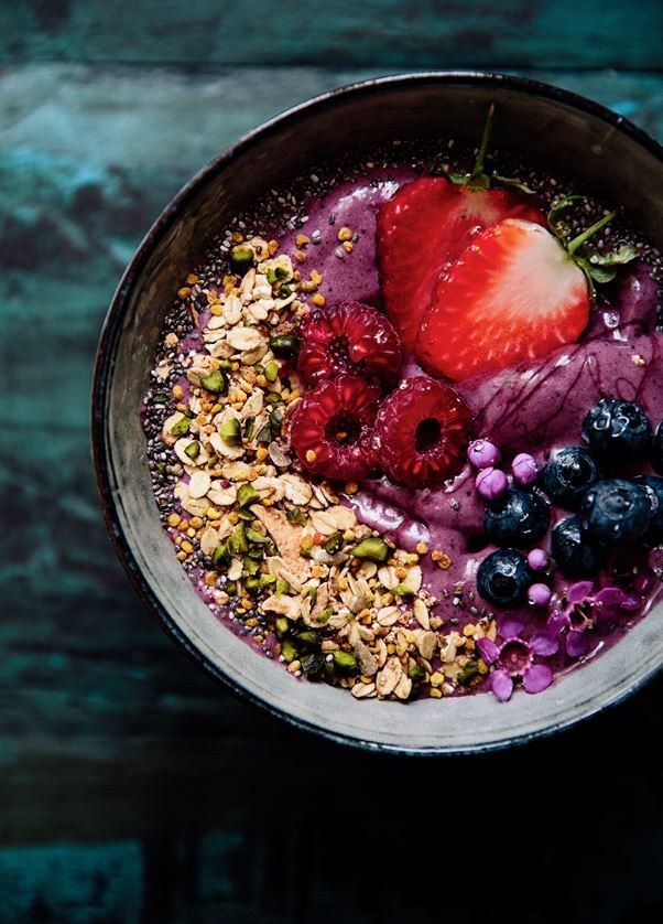 Acai Bowl #naturallysweetened 200 g of acai puree1/2 banana, sliced ​​and frozen1 tbsp granola6 blackberries5 Raspberries1 tablespoon pomegranate kernels1 tablespoon cranberries, dried