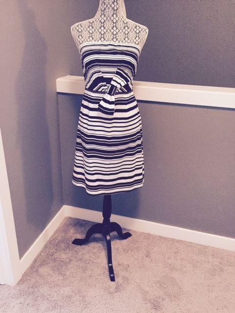 Calvin Klein - een lijn buis jurk  Kleur: zwart-witStijl: Een lijn buis jurk met groot lintTaille: 30 inchLengte: Ongeveer 30 inchVoorwaarden: Brand NewMateriaal: 98% Katoen 2% SpandexWasinstructies: Dry Clean OnlyVerzending: Verzendkosten geregistreerd  EUR 15.00  Meer informatie